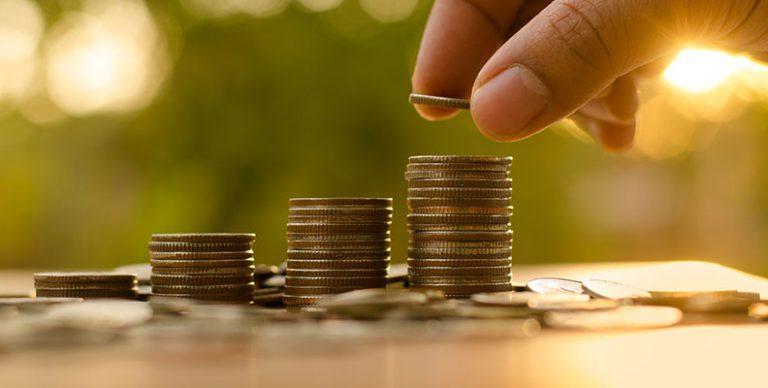Budgetteren is een ideale manier om inzicht te krijgen in je inkomsten en uitgaven. Hoe beter je overzicht en hoe vaker je je inkomsten en uitgaven bijhoudt, hoe kleiner de kans dat je geld uitgeeft dat je niet hebt. En daarmee kan je jaarlijks heel wat besparen. Maar hoe stel je een goed budgetplan op en hoe houd je dat bij? Hoe hoog moet je buffer zijn voor onverwachte uitgaven? Een budgetexpert zet de belangrijkste stappen op een rij.