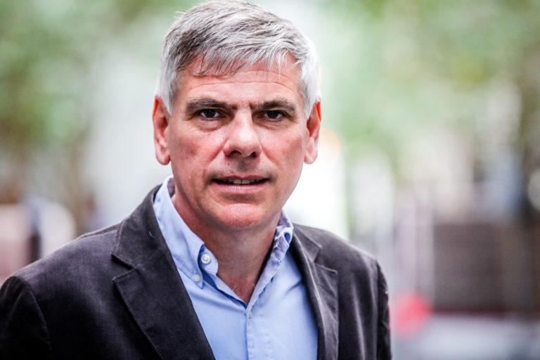 """Politiek pensioen? Zo ver is het nog lang niet voor Filip Dewinter (56). Hij blijft een onmisbaar stemmenkanon voor Vlaams Belang. Dewinter zet wel stappen opzij voor de jeugd. Voorzitter Tom Van Grieken (32) neemt het kopmanschap in de Kamer over, in de Antwerpse gemeenteraad wordt Sam Van Rooy (33) de nieuwe fractieleider. Dewinter trekt de Vlaamse lijst. """"Ze zijn nog niet van me af: ik blijf de luis in de pels."""""""