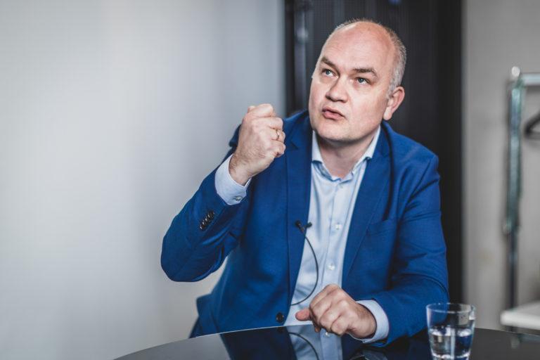 """Ruilt Björn Rzoska (45) zijn rol als Groen-fractieleider in het Vlaams halfrond straks in voor een ministerpost? Groen heeft de wind in de zeilen. Maar de Lokeraar laat zich niet opwinden door de gunstige peilingen. """"Of het nu vanuit de meerderheid of oppositie is: ik blijf ijveren voor een betere mobiliteit."""""""