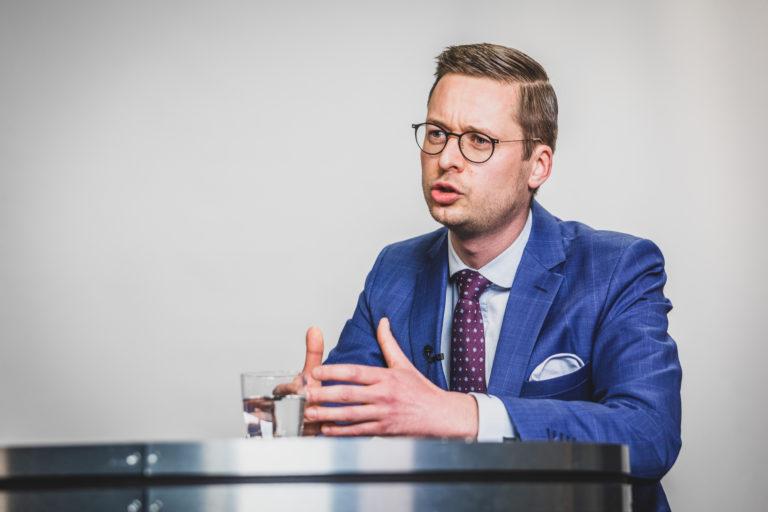 """""""De islam is niet compatibel met onze democratie"""", stelt Wouter Vermeersch (34). De Kortrijkzaan trekt de West-Vlaamse Kamerlijst voor Vlaams Belang, maar denk vooral niet dat hij alleen het extreemrechtse gedachtegoed afdreunt. Zo pleit Wouter Vermeersch als alternatief voor het verguisde rekeningrijden voor een wegenvignet voor buitenlandse bestuurders. Verder is hij als gewezen invoerder van zonnepanelen geboeid door hernieuwbare energie. Vermeersch gelooft in de bouw van een West-Vlaamse thoriumcentrale, waarom niet in Kortrijk. Goedkoper, vrij van CO2 en met bijna geen radioactief afval: """"Laat ons in plaats van de Anuna-hysterie investeren in technologie en ontwikkeling."""""""