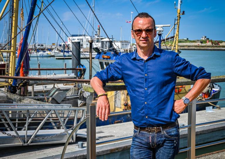 """Luc Bellings proeft aan de Belgische kust: """"Frieten zijn precies bij kartonleverancier gekocht"""""""