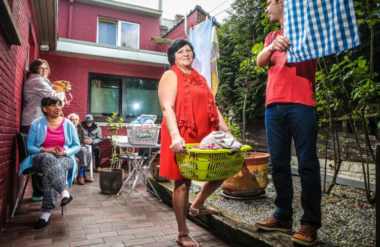 Onze journaliste Sabine Vermeiren en fotograaf Pieter-Jan Vanstockstraeten trekken kriskras door Vlaanderen. Elke dag bellen ze aan op hetzelfde adres maar in een andere plaats, voor een gesprek over Leven en Liefde. Vandaag bij Marie-Lou Gentier (60). Op Dorpsstraat 10 runt Marie-Lou 'Verpleeghuis Gentier'. Er wonen tien mensen met psychische problemen, waaronder haar eigen zus Jacqueline (54). Marie-Lou is ook mede-vennoot van een restaurant. Ze heeft twee kinderen en een LAT-relatie.