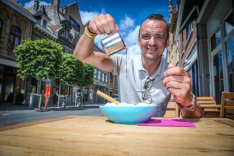 Na een ommetje vorig jaar in de Ardennen keren sterrenchef Luc Bellingsen redacteur Stefan Vanderstraeten deze zomer weer voltijds naar de Belgische kust terug. Zeven zaterdagen, vijfendertig nieuwe restaurants, zeven oerklassieke gerechten.Vandaag op het menu: dame blanche.