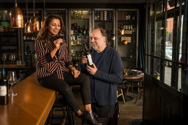 Onze sommeliers Sepideh Sedaghatnia en Frank Van der Auwera proefden voor september maar liefst 100 flessen rode en witte wijnen uit 7 verschillende supermarkten. Die resultaten lees je morgen op HLN.be. Met onze wijngids, speciaal ontwikkeld voor abonnees, heb je nooit meer last van keuzestress. Bekijk in onze video hoe de gids werkt.